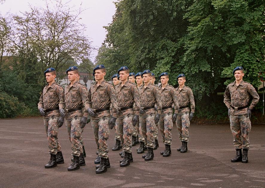 »Kollektives Individuum / Formaldienst auf dem Exerzierplatz« (2006)