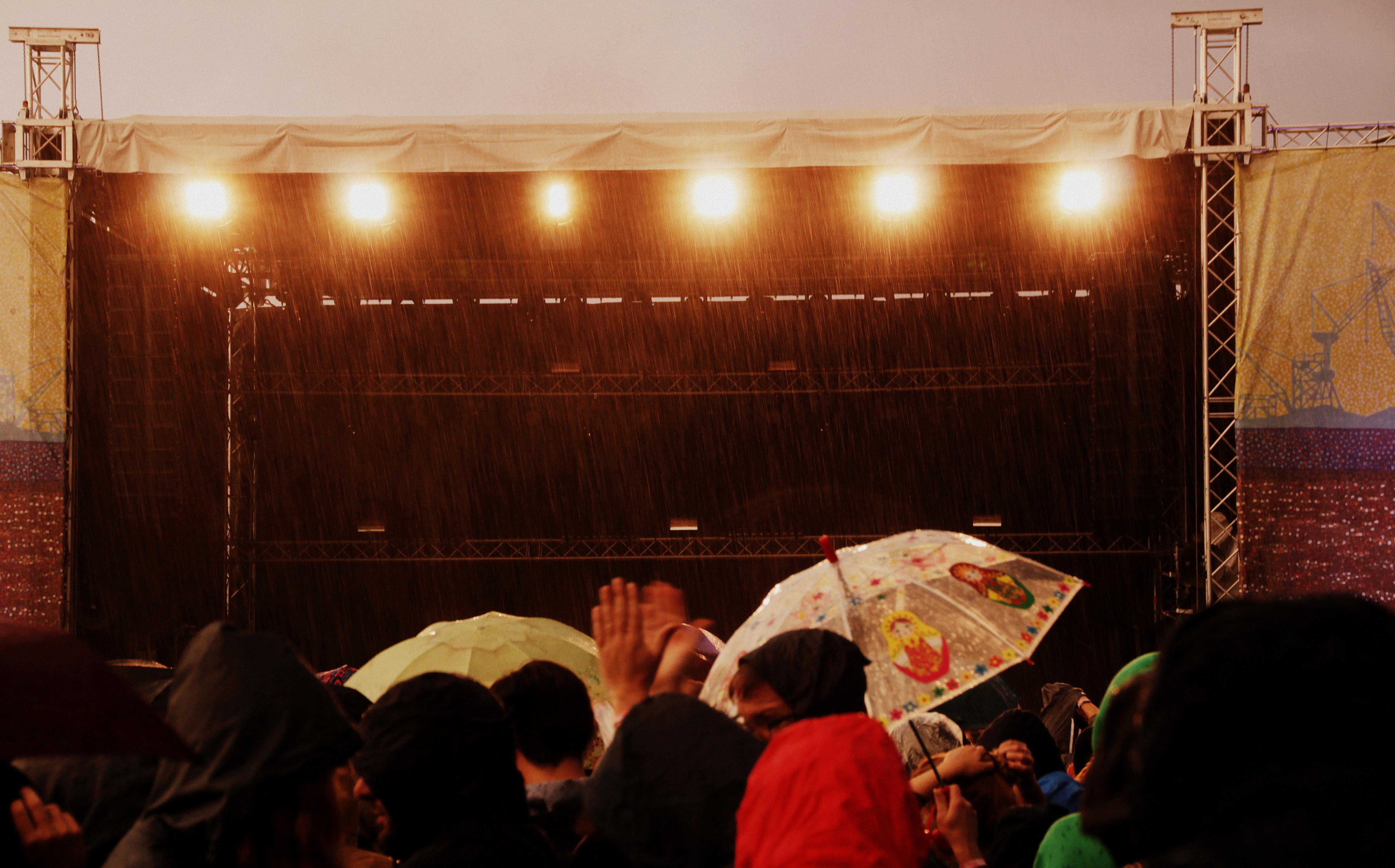 Chvrches und der Regen kam.