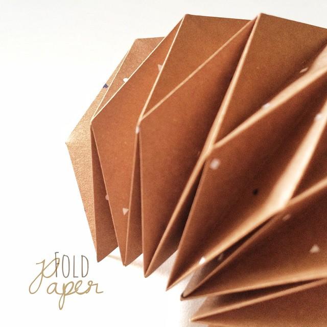 Fold paper. | Papier falten. Da entsteht grad noch mehr aus Papier. ... #papier #paperwork #papierfalten #doityourself #dowhatyoulove #machmehrselbst #supercraft #paperlove #diy #diysunday #lovewhatyoudo #enjoy #hoorayfortoday #hooray #origami #akkordeonfold #paperfold