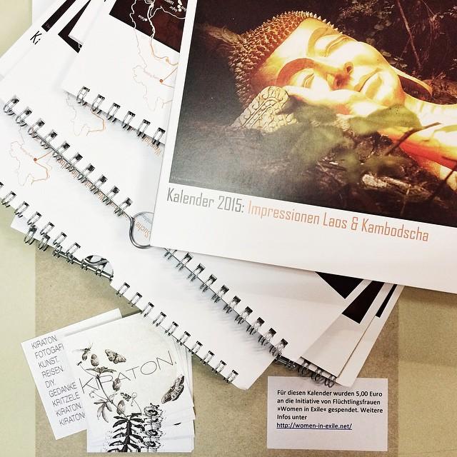 Die Kalender sind da!!! Sie sind ganz großartig geworden. Die Farben - ein Traum. Alle, die einen Kalender bestellt oder gewonnen haben, bekommen demnächst Post von mir. Achja, vergiss nicht, falls du einen Kalender bei mir bestellt hast, mir noch die 10 € plus Porto zu überweisen. Eine entsprechende Mail sende ich heut noch einmal zu. Achja & ich hab jetzt auch Visitenkarten, wie ihr unten links im Bild sehen könnt.