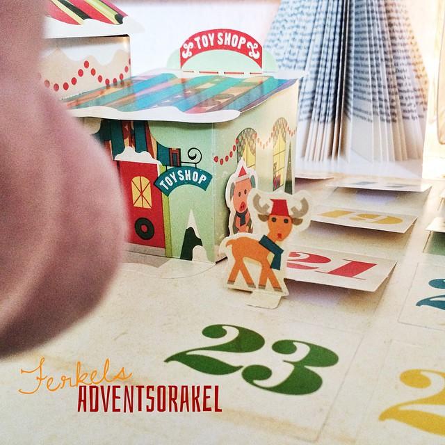 """Ferkels Adventsorakel: """"Hey, wer schaut mich denn hinter dem Türchen Nr. 21 an?! Ein Weihnachtshirsch & er will zu Janet. Hirsche, in der Mythologie vergleichbar mit #Einhörnern, sind ein Bildnis für die Einheit von #Seele & G#eist! Janet, nutze, die #Feiertage & den Jahreswechsel, einen Blick zurück nach vorn zu wagen: das alte verabschieden & das Neue Willkommen heißen. So steht 2015 dem Wohlstand & Glück in der Familie- & Freundeskreis nichts mehr im Wege."""""""
