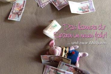 Titelbild Sparen ... Ferkel liegt auf einer Decke und lässt Geld auf sich regnen.