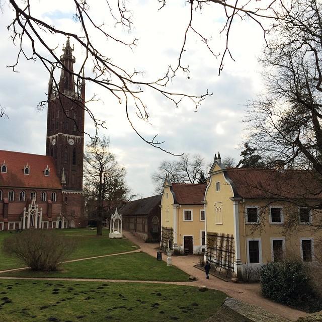 Der Bibelturm Wörlitz & im Vordergrund das Küchengebäude des Schlosses.