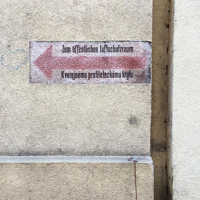 Zum öffentlichen Schutzraum. | Kveiejnèmu profileleckému krylu.