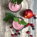 Minz-Smoothie mit Blaubeere, Cranberries & Nektarine.