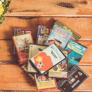 Neulich bei meiner Oma fand ich die Kassetten-Sammlung aus Kindheitstagen wieder. Immer wenn ich mit meinem Bruder & meiner Cousine dort war, haben wir uns #Hörspiele und Paul Lincke-Melodien angehört. Meine Oma meinte, ich kann sie mit nehmen & nun hör ich sie in Endlosschleife daheim. __________ 18/31 Playlist bei #MeettheBloggerDE Meist höre ich @radioeins, da ich die Mischung aus guter Musik & Informationen mag. Wenn mir nach etwas anderem ist, leg ich @mia.official auf oder die @thejezabels und Tanz dazu wild durch die Wohnung ... Ja und heimlich schwing ich - seitdem die Kasetten bei mir sind, auch zu Paul Lincke das Tanzbein.