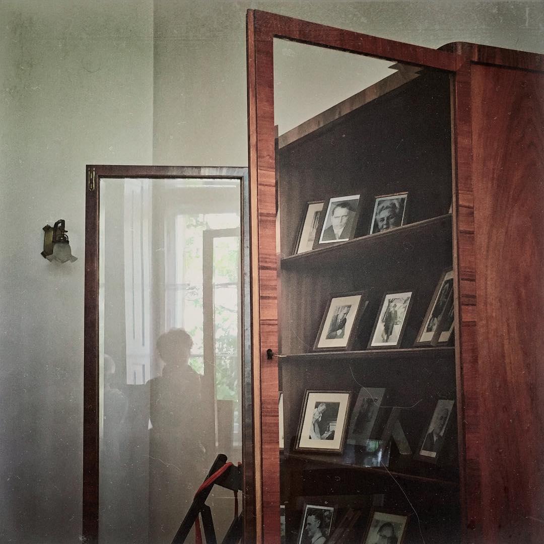 Looking through memories. 11/31 #MeettheBloggerDE #Selfi - ich als Spiegellung in der Glasscheibe des Schranks mit den Fotos von Mitgliedern des sogenannten Kreisauer Kreises. Heute besuchten wir die Begegnungs- und Gedenkstätte in Kreisau/Polen und erfuhren viel über den Kreisauer Kreis und den Widerstand während des 2. Weltkriegs.