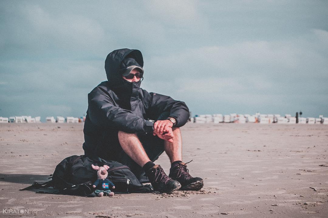 Das darf auf meiner nächsten Reise nicht fehlen. Auf meiner nächsten, größeren Reise darf ich die Beiden hier auf keinen Fall vergessen. Werde ich sicher auch nicht, da das nächste Abenteuer schon längst gemeinsam angedacht ist. Doch bis dahin genießen wir erst einmal den salzigen Wind, der uns hier am Strand von Sankt Peter Ording um die Nase weht.