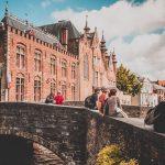 Bewusst Reisen, einfach mal Inne halten, sich beispielsweise auf eine der schönen Brücken in Brügge setzen, das bunte, wusselige Treiben an sich vorbei ziehen lassen und einfach den Moment genießen.