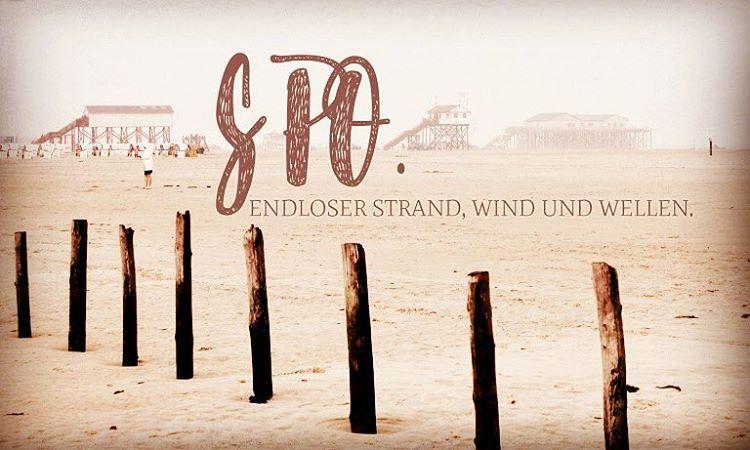 Im August ging es wieder los – nach #SPO & ich freute mich bereits Anfang August schon sehr darauf: eine Woche endlosen Strand, Wind & Wellen. Es gibt nicht viele Orte, an denen ich mit so gut wie jedem Wetter glücklich bin. Aber der Strand und die Dünen von Sankt Peter Ording sind so einer. Dort kann die Sonne scheinen und ich komme beim Radeln kaum gegen den Wind an. Oder es regnet und die Tropfen klatschen mir volle Breitseite ins Gesicht. Ich wische sie mit der Hand aus dem Gesicht und bin zufrieden. Doch zuvor ging es noch nach Brügge & zu einem Festival Nähe Lüneburg. Hier spielten Sigur Rós ihr einziges Deutschland-Konzert. ... Und nach Sankt Peter Ording ging es weiter nach Hamburg zum Dockville. Na das nenn ich doch mal einen #Reisefieber-August.