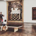 »Das letzte Abendmahl« von Gustave Van de Woestyne im Groeningemuseum in Brügge. Jede Reise bringt wunderbare Erinnerungen mit sich, das ich mich nicht auf eine festlegen will. Zu einem Highlight meines Brügge-Besuches gehört definitiv der Besuch des Groeningemuseum in Brügge. Vorallem dieses Gemälde hier hat mich aufgrund seiner Monumentalität und Aussagekraft besonders beeindruckt. Und während ich es gerade betrachtete, kam diese Familie – die beiden Mädchen stürmten voran – und blieben vor dem Bild stehen/liegen und unterhielten sich über das Bild. Ein wunderbarer Moment, den ich einfach einfangen musste.