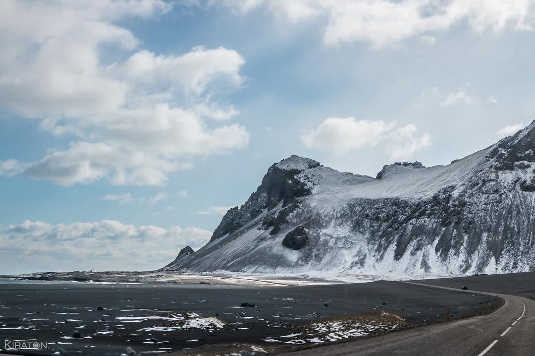 Manche Strecken legt man besser zu Fuß zurück, andere mit dem Auto. Ich liebe es, in der Natur zu sein, ein kleine Wanderung zu unternehmen. Genauso toll ist, mit dem Auto unterwegs zu sein und die Landschaft an sich vorbei ziehen zu lassen, wie in Island auf der Route One.