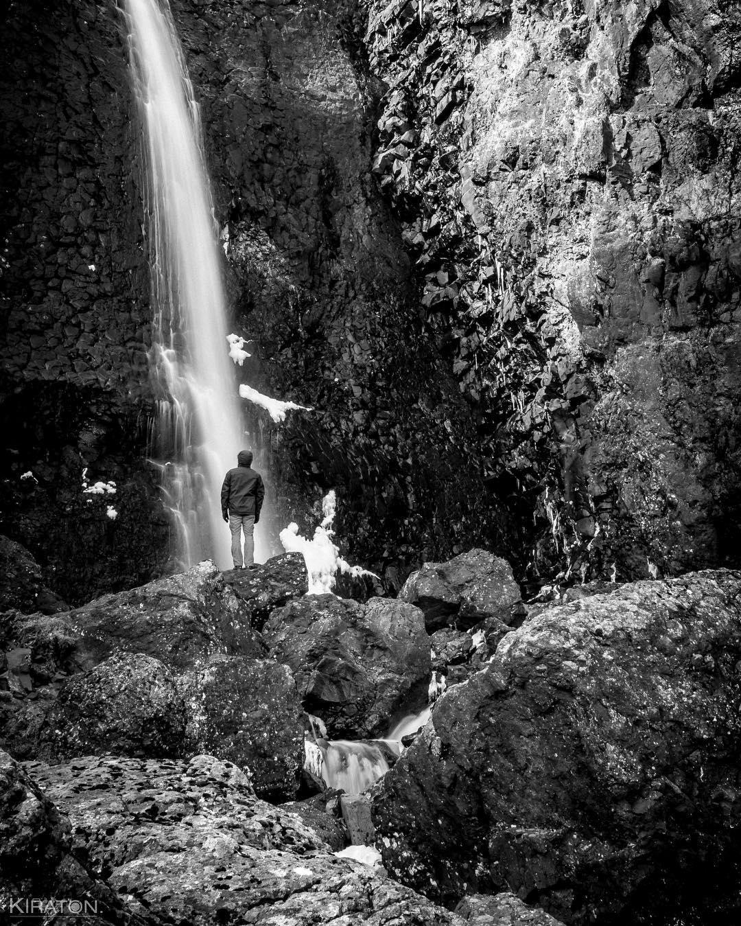 Torsten steht vor einem Wasserfall in Island.