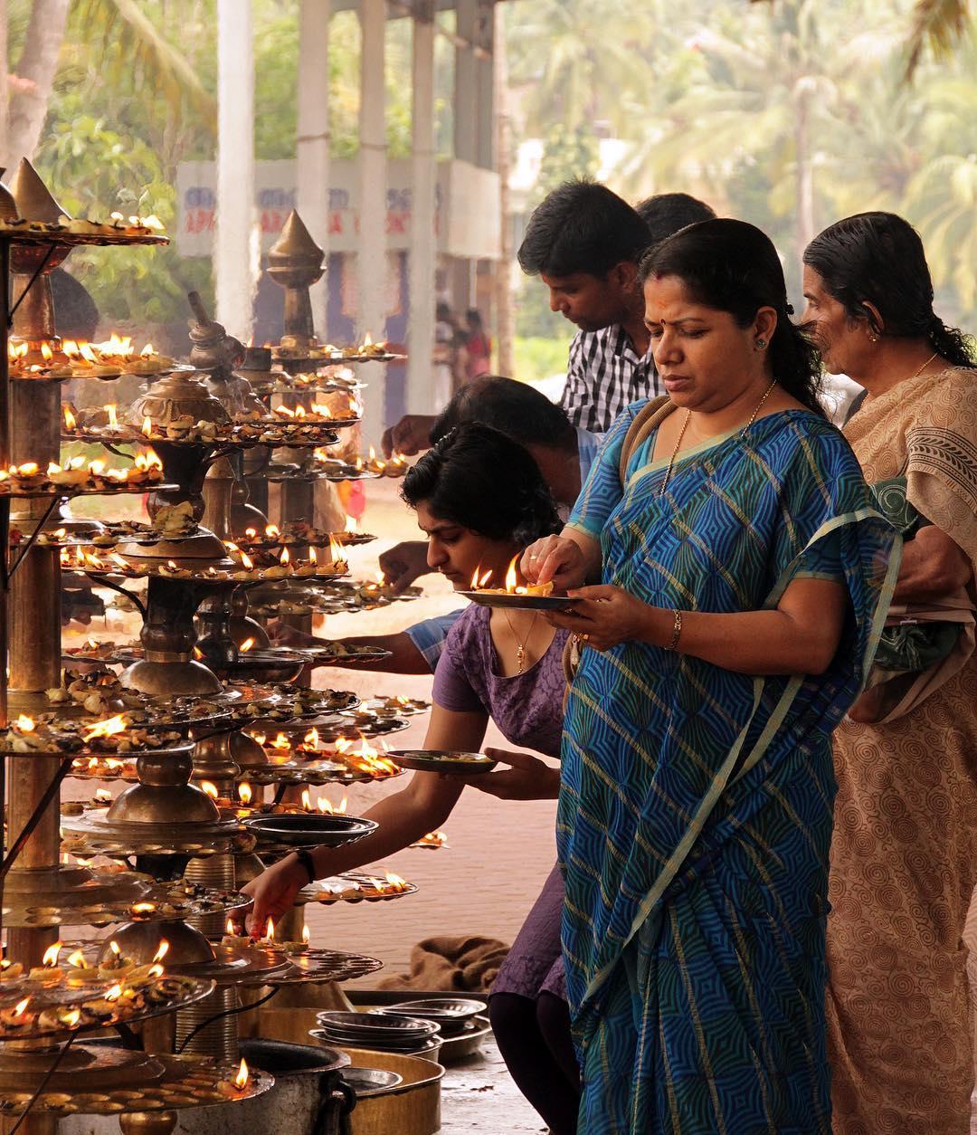 Hier ist ein Foto vom vor dem Tempel zu sehen, in dem Anjali und ihr Mann heirateten.