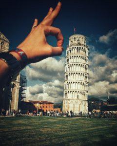 Ups, jemand tut so, als ob er mit der Hand gegen den schiefen Turm von Pisa schnipst.