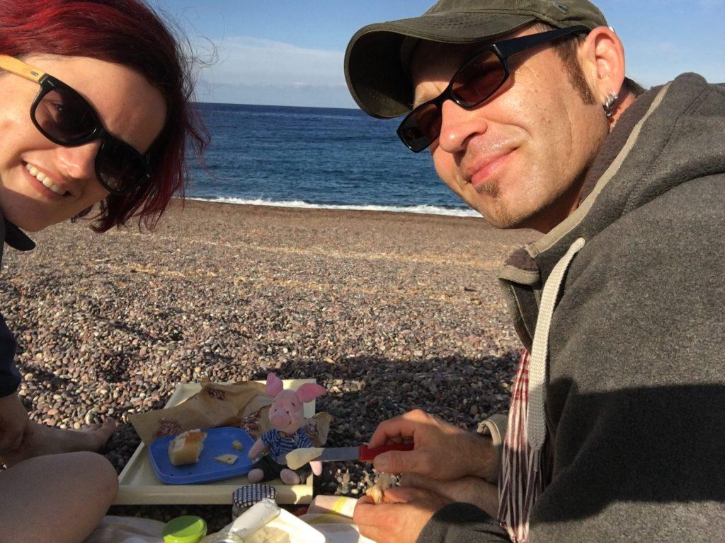 Beim Frühstück am Strand auf dem Campingplatz Sarl la Morsetta. Foto: kiraton.com