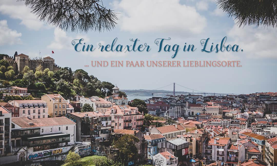 Blick vom Miradouo da Graça auf das Alfama-Viertel in Lissabon, Portugal. Zu sehen sind weiße Häuser mit roten Dächern. Im Hintergrund eine große Brücke über den Tejo.