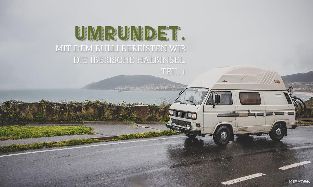 Weißer VW-Bulli auf der rechten Seite. Dahinter die Bucht von Fin de la Tierra, Cabo Fisterra