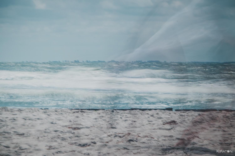 Langzeitbelichtung am Strand von Hiddensee. Die Wellen verschwimmen.